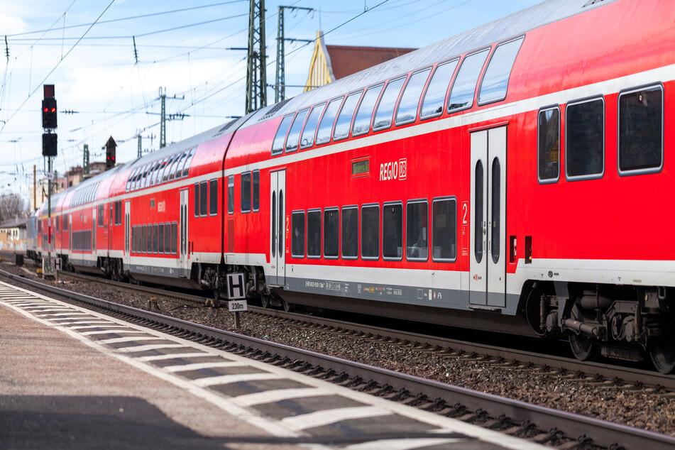 Zwei Jugendliche haben am Sonntag einen Lokführer (45) am Bahnhof Eitorf (Rhein-Sieg-Kreis) vor einen Zug geschubst und anschließend mit Tritten gegen seinen Kopf verletzt. (Symbolbild)