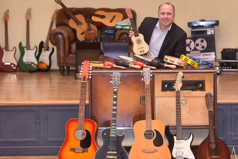"""Hoteldirektor Holger Biesold (43) stapelt die bereits eingesammelten Musikinstrumente bis zur """"Verarbeitung"""" im Ballsaal """"Lindengarten""""."""