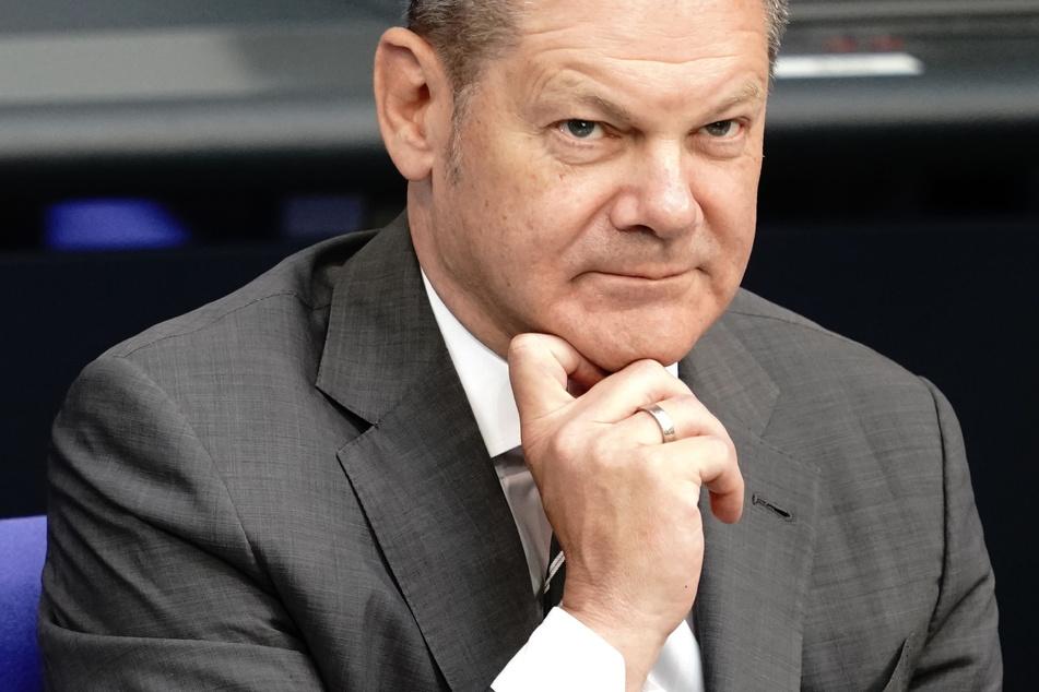 Der Bundesfinanzminister Olaf Scholz (SPD) verfolgt am Montag die Sondersitzung des Deutschen Bundestages zur geplanten Absenkung der Mehrwertsteuer ab dem 1. Juli 2020.