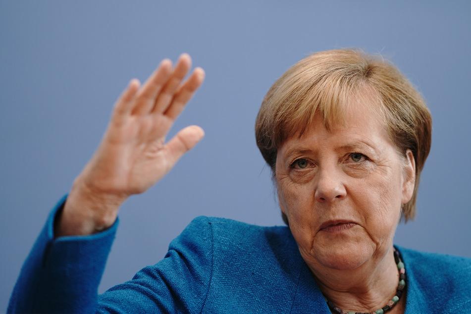 Bundeskanzlerin Angela Merkel (CDU) gestikuliert in der Bundespressekonferenz während ihrer traditionellen Sommer-Pressekonferenz zu aktuellen innen- und außenpolitischen Themen.