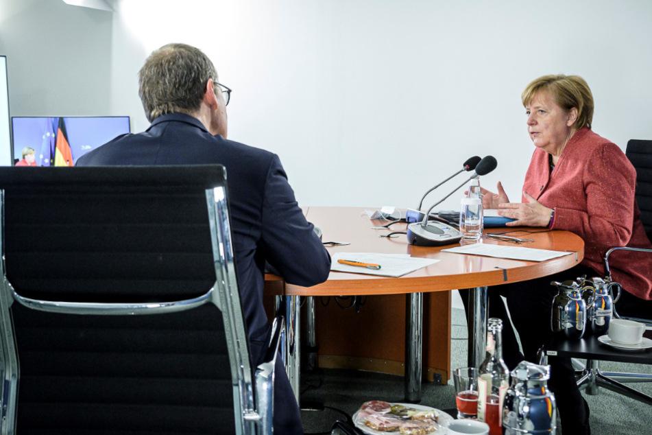 Bundeskanzlerin Angela Merkel (CDU) und Michael Müller, Regierender Bürgermeister von Berlin, nehmen an einer Videokonferenz mit den Regierungschefs der Bundesländer teil.