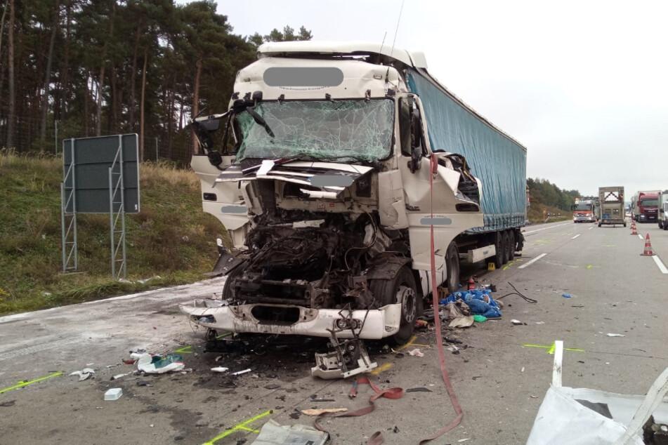 Der Fahrer des Sattelzugs (46) hat ein Stauende übersehen und konnte nicht mehr rechtzeitig bremsen.