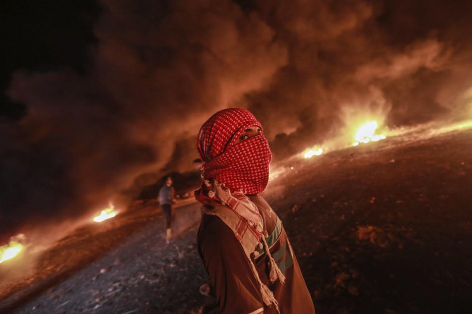Palästinenser verbrannten am Samstag Reifen nach einer Demonstration an der Grenze zwischen dem Gazastreifen und Israel.