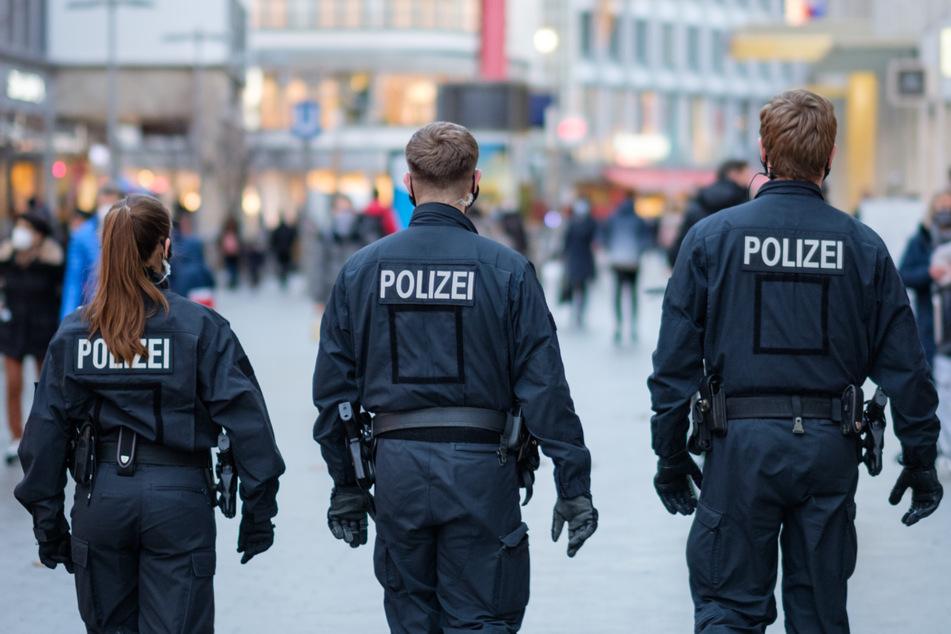 Polizisten in Niedersachsen erhalten eine frühere Impfung gegen das Coronavirus. (Symbolbild)