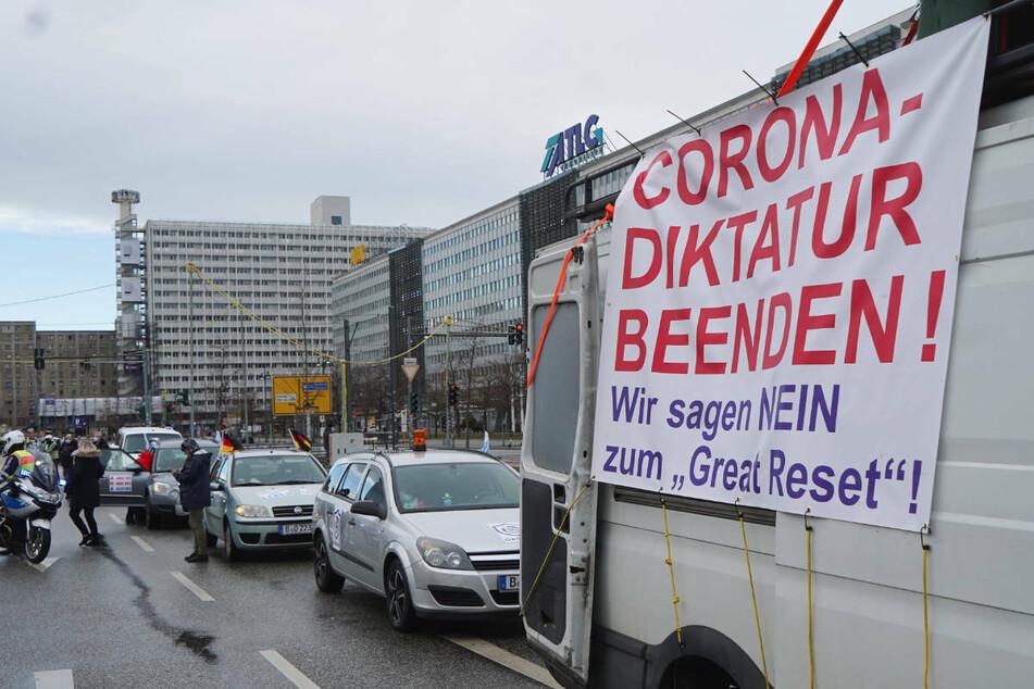 Ein Autokorso rollt im März durch Berlin, um gegen die Corona-Maßnahmen zu demonstrieren. Am Samstag sind aus diesem Grund auch mehrere Demonstrationszüge durch Brandenburg gefahren.