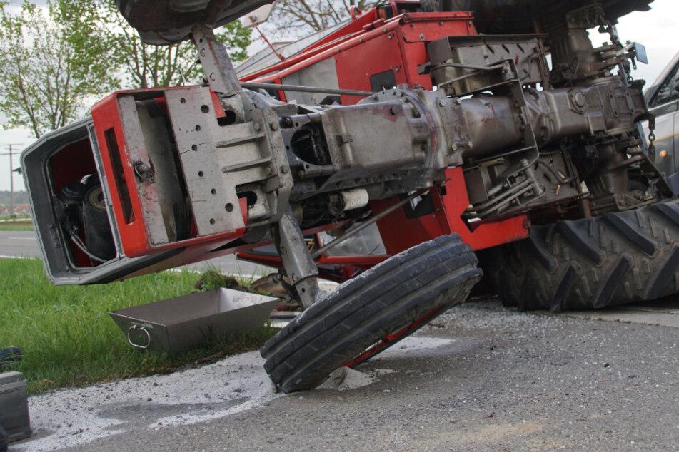 Der Traktor kippte durch die Wucht des Aufpralls um. (Symbolbild)