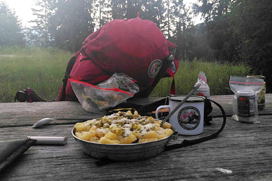 Mahlzeit! Bei einem selbst gezauberten Nudelgericht genießt der Sachse die Einsamkeit in der Natur.