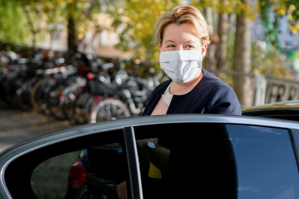 Franziska Giffey (42, SPD), Bundesministerin für Familie, Senioren, Frauen und Jugend, kommt in einem Wagen mit Nase-Mund-Bedeckung zur Vorstellung des Zwischenberichts zur Konzertierten Aktion Pflege an der Bundespressekonferenz an.