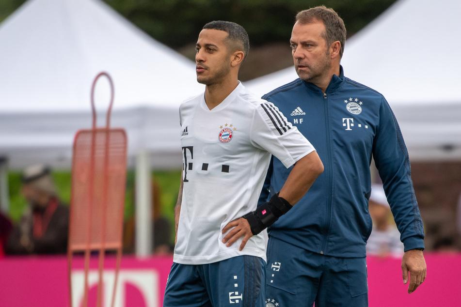 Trainer Hansi Flick (55. r.) und Thiago (29) während einer Übungseinheit des FC Bayern München auf dem Trainingsgelände.