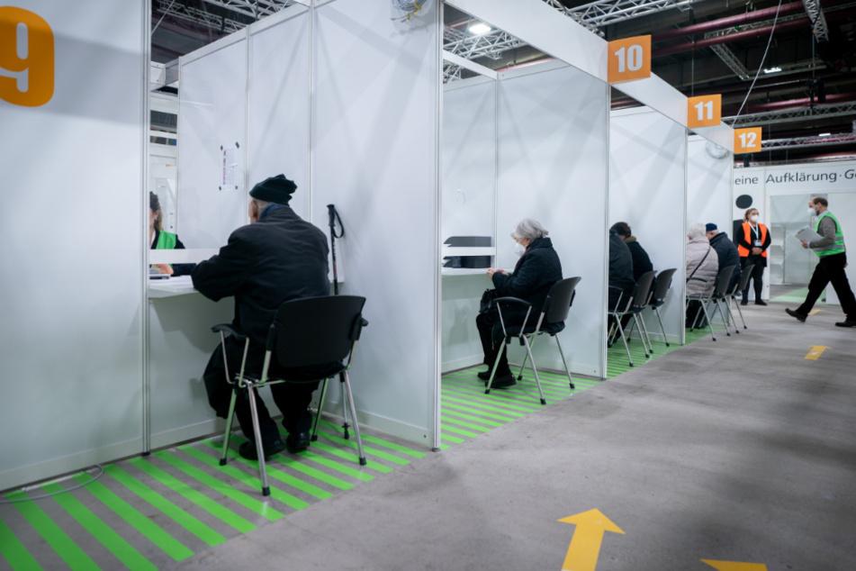 Teilnehmer sitzen im zweiten Impfzentrum Berlins, im Erika-Hess-Eissatdion, in der Anmeldung für die Impfung gegen das Coronavirus.
