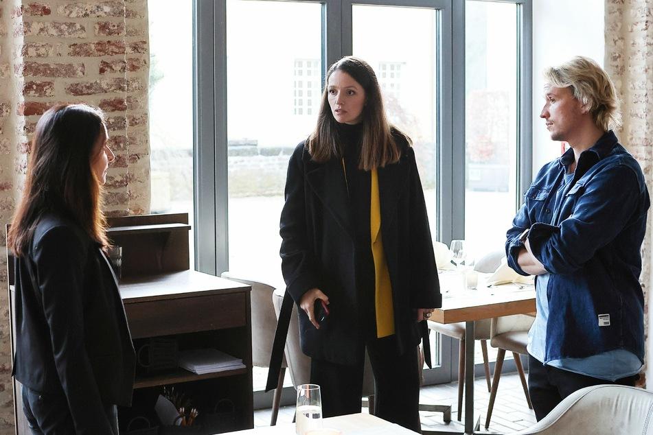 Jenny (M.) will im letzten Moment verhindern, dass Astrid Maaß (l.) anstelle von Finn kandidiert und so seinem Bruder Justus zum Vorstandsvorsitz verhilft.