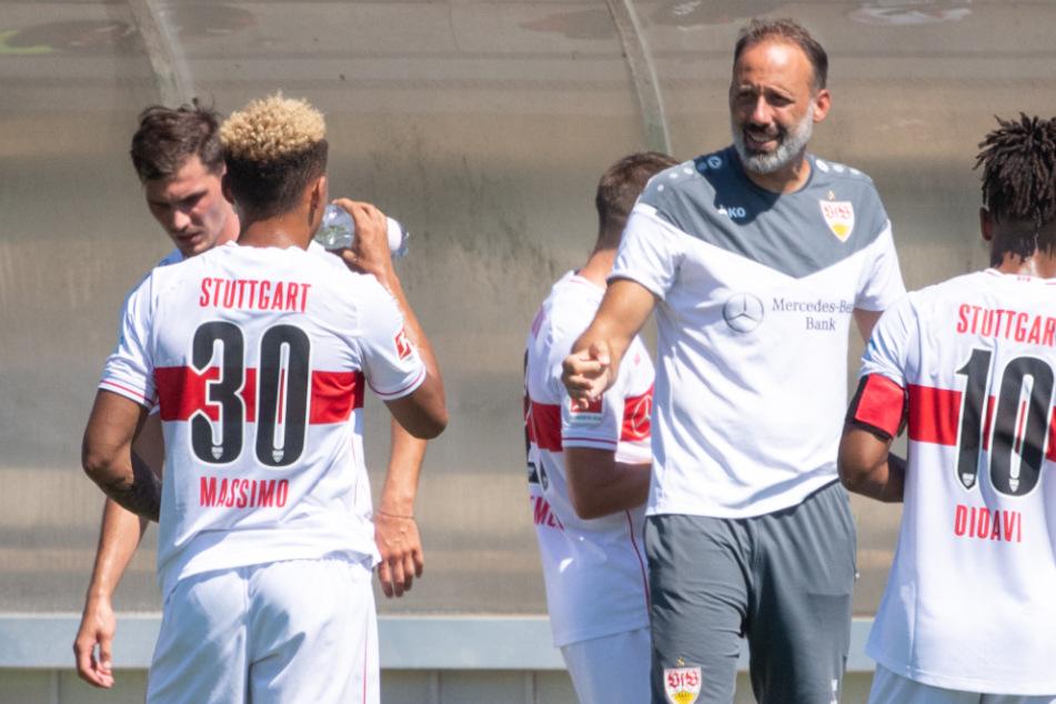 VfB-Cheftrainer Pellegrino Matarazzo (42, 2.v.r.) spricht mit seinen Spielern.