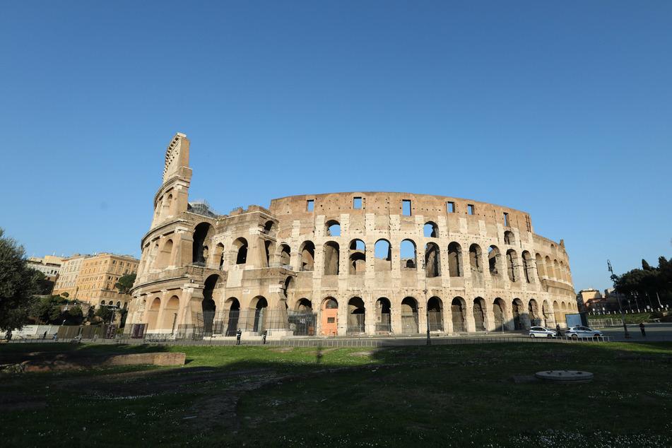 Der Platz vor dem Kolosseum ist menschenleer.
