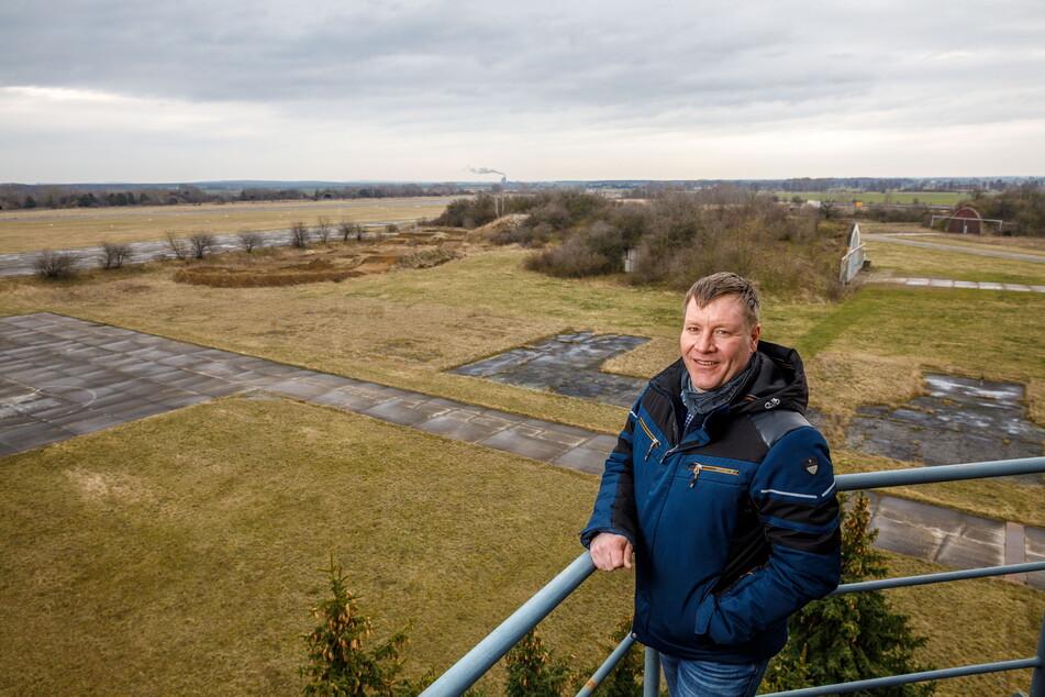 Großenhains OB Sven Mißbach (42) vor dem 230-Hektar-Gelände am Flugplatz. Ein Großinvestor soll her.