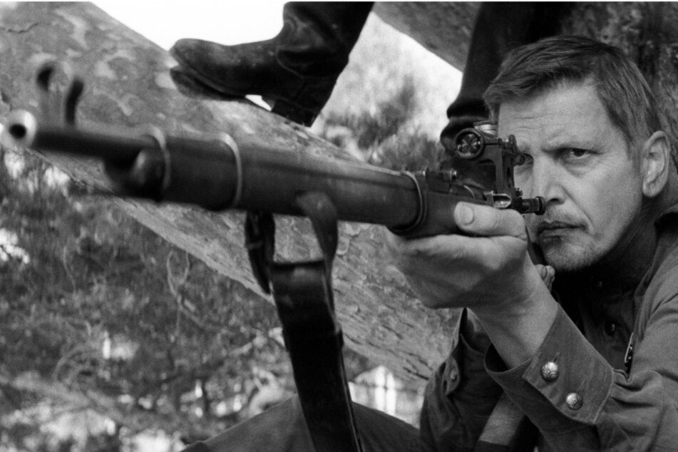 """Déjà-vu für Fans vom Antikriegsfilm-Meisterwerk """"Der Soldat James Ryan""""! Barry Pepper (51) spielt in """"The Painted Bird"""" erneut einen fähigen Scharfschützen."""