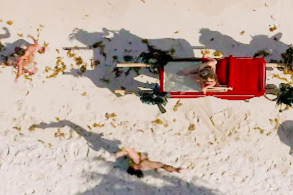Kurvenwunder Melody Haase (27) wurde per mobilem Thron über den Strand getragen.