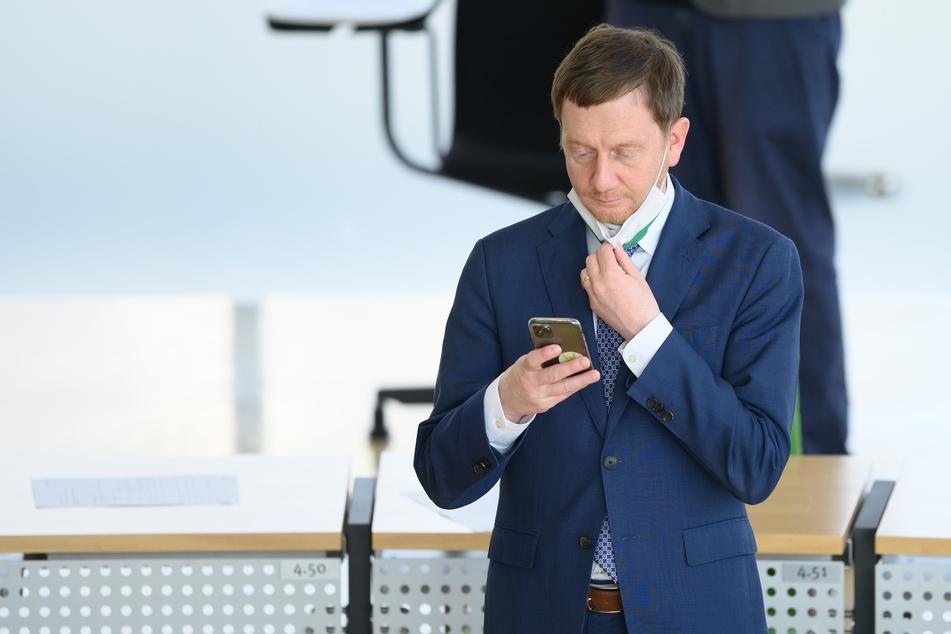 Michael Kretschmer (CDU), Ministerpräsident von Sachsen, steht vor Beginn der Debatte im Plenum.