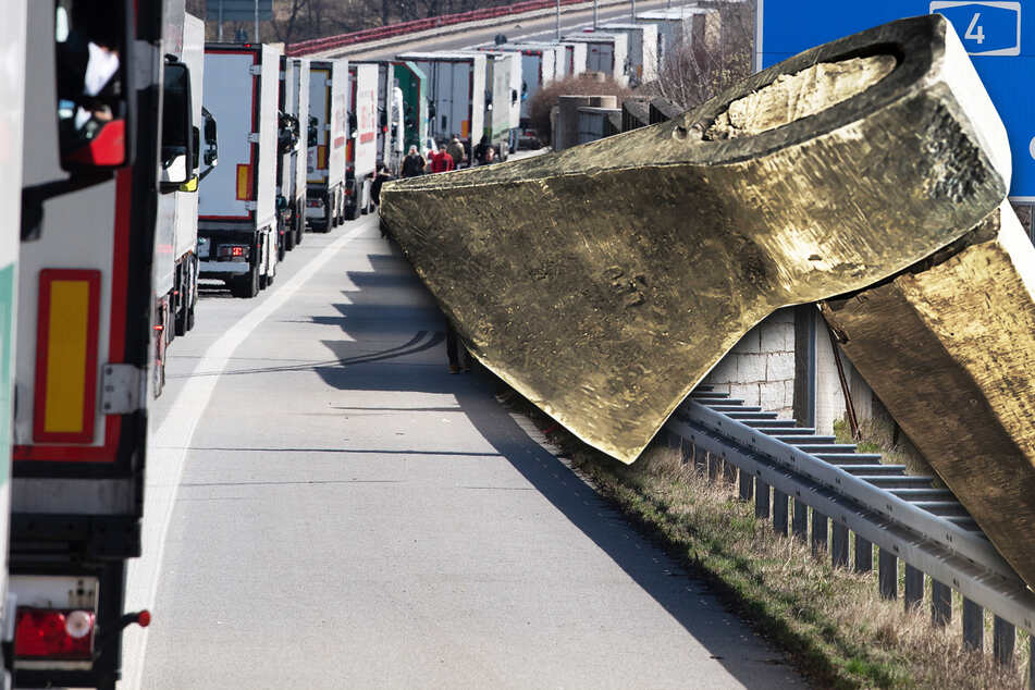 Typ fährt am Autobahn-Stau vorbei: Als er gestoppt wird, zückt er eine Axt!