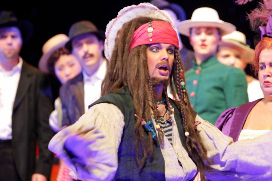 Doch er kann auch ganz anders: Auch als verwegener Seeräuber Jack Sparrow macht Andreas Sauerzapf einen gute Figur.
