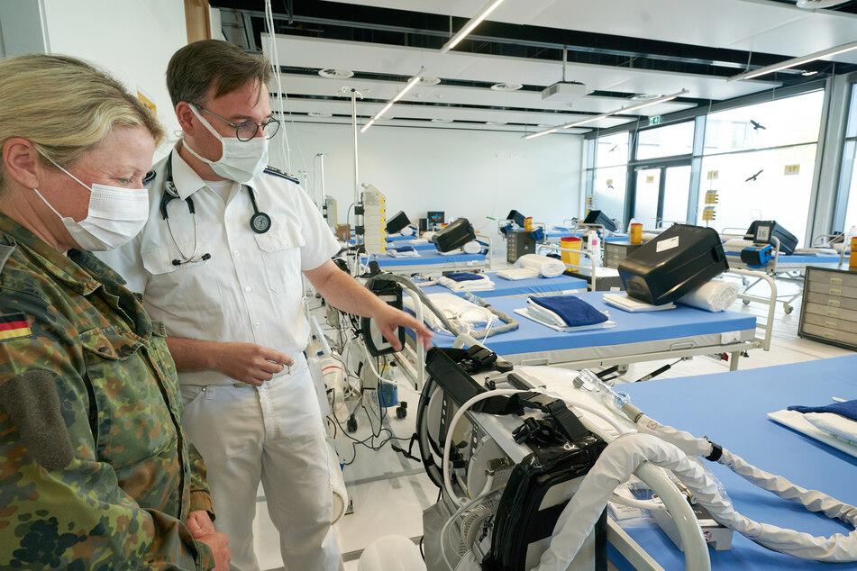 Für den Fall einer katastrophalen Steigerung der Zahl schwerkranker Corona-Infizierten ist im Bundeswehrzentralkrankenhaus eine Reserve mit zusätzlichen Notfallbetten mit Beatmungsgeräten für 20 Patienten eingerichtet worden. (Archivbild)