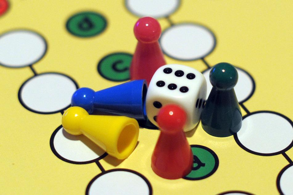 Egal, ob im Freien oder mit Familie und Freunden am Wohnzimmertisch: Spielen ist nach Ansicht von Experten überaus wichtig. (Symbolbild)