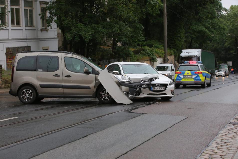 Der graue Citroen nahm dem weißen Mazda offenbar die Vorfahrt.