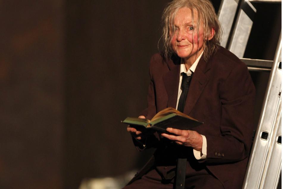 """Katharina Matz als Faust probt im Januar 2009 im Thalia Theater in Hamburg das Theaterstück """"Urfaust"""" von Johann Wolfgang von Goethe. (Archivbild)"""