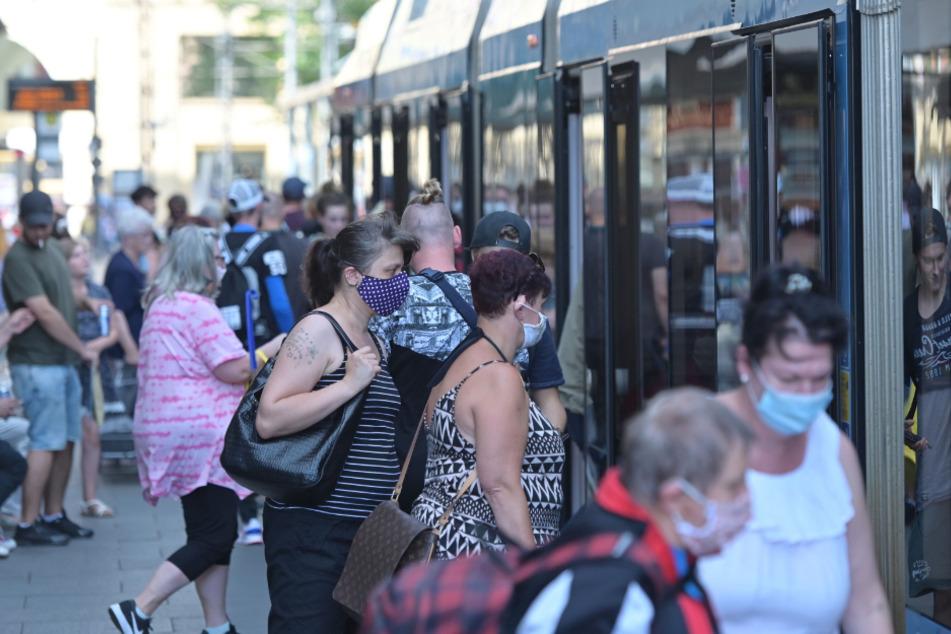 Sie halten sich dran: Bislang respektieren die Chemnitzer mehrheitlich die Maskenpflicht in den öffentlichen Verkehrsmitteln.