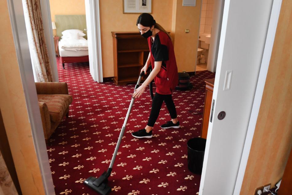 In einem Hotel arbeitet eine Reinigungskraft. (Symbolbild)