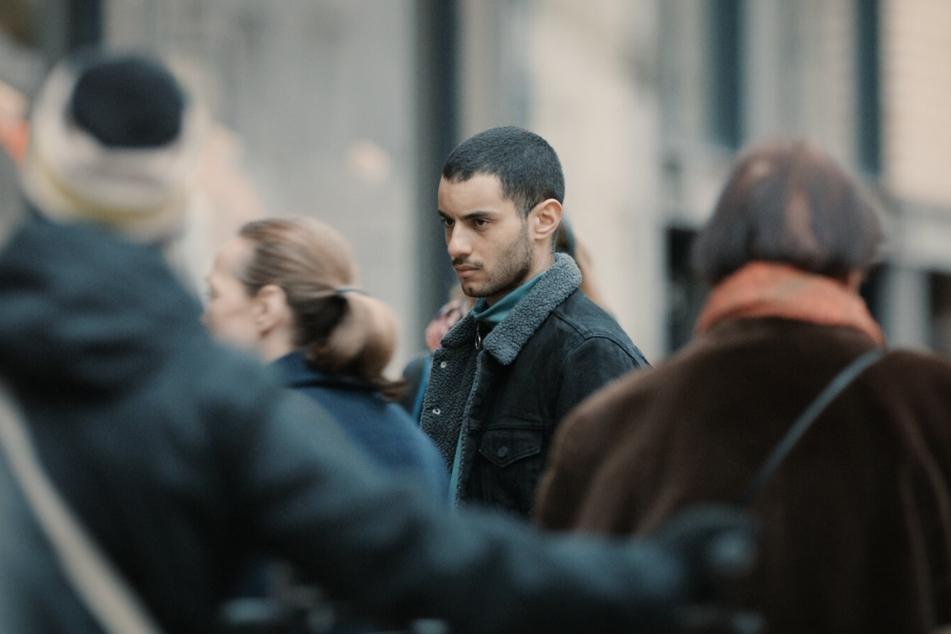 Zurück in Deutschland, fällt es Karim (Mehdi Meskar) schwer, wieder ein normales Leben zu führen.