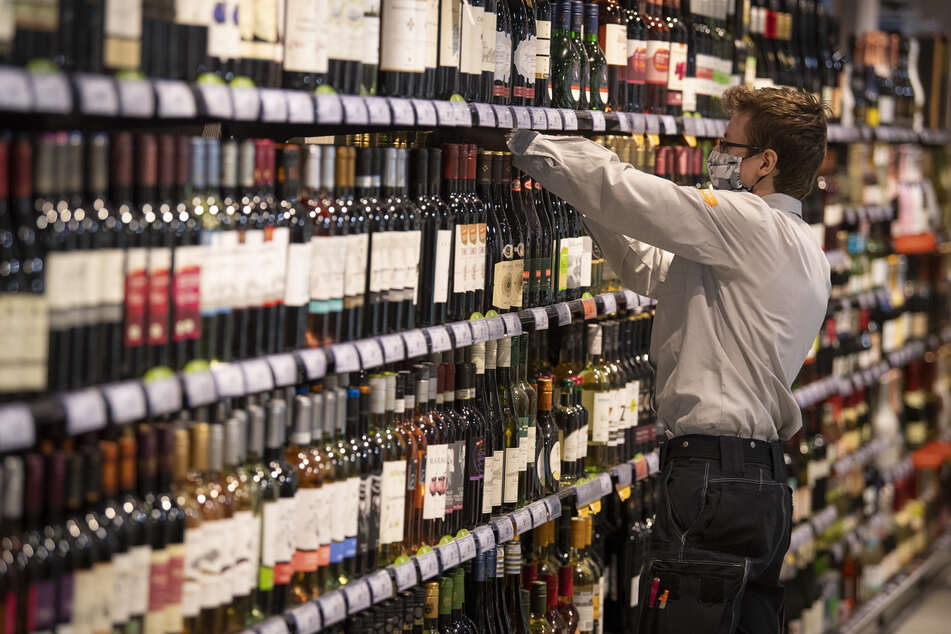 Weinflaschen in einem Supermarkt-Regal. Das beliebte Weinfest in Mainz kann dieses Jahr nicht stattfinden.