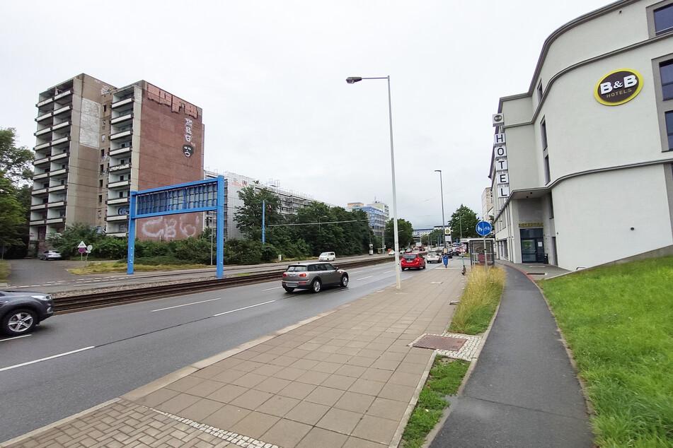 Gegenüber der Gammel-Platte wurde ein neues Hotel eröffnet. Die Gäste blicken auf das graue, verfallene Gebäude.