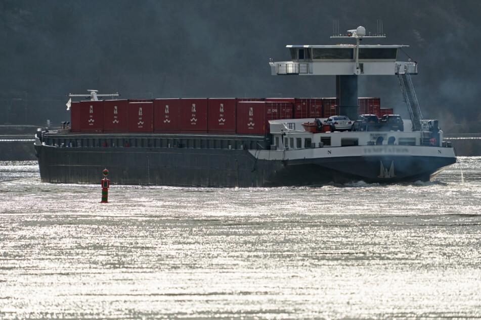 Manövrierunfähig! Tankschiff fährt sich auf dem Rhein fest