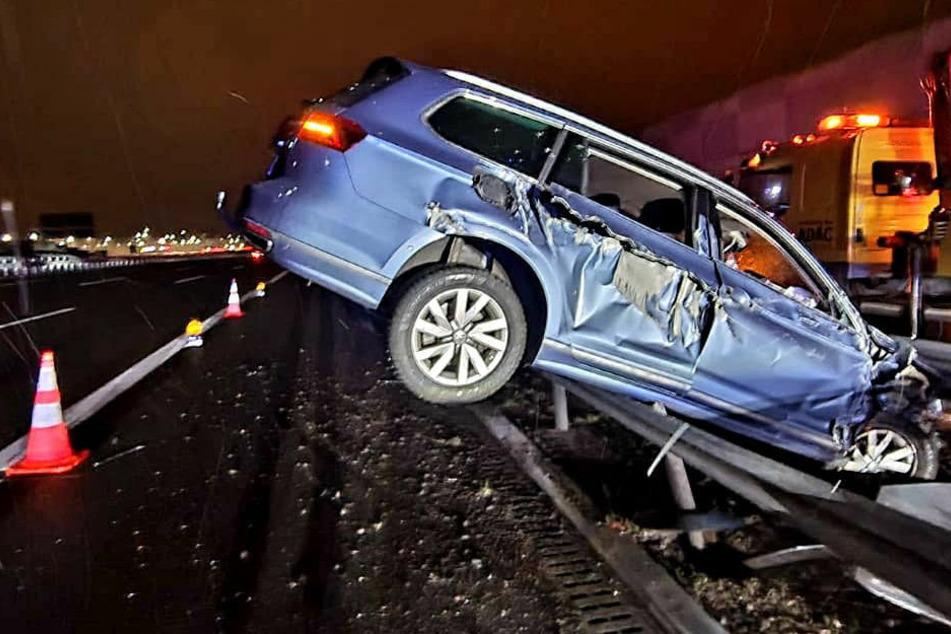 Spektakulärer Crash: Auto fliegt in Leitplanke, vom Fahrer fehlt jede Spur