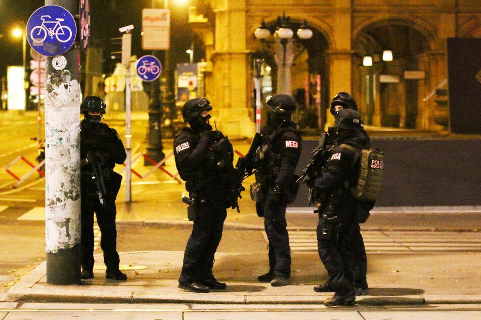 Schwerbewaffnete Polizisten sind in der Wiener Innenstadt im Einsatz.