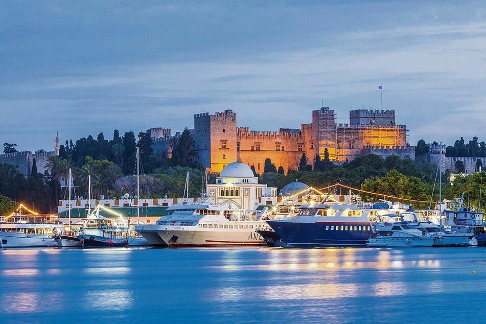 Traumkulisse mit Großmeisterpalast im Hintergrund: Im Hafen von Rhodos-Stadt liegen die Ausflugsboote und Jachten.