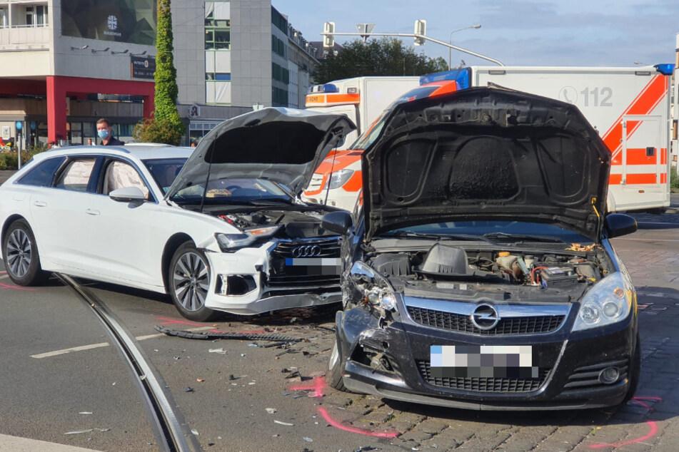 Die Fronten der Fahrzeuge wurden bei dem Unfall stark beschädigt.