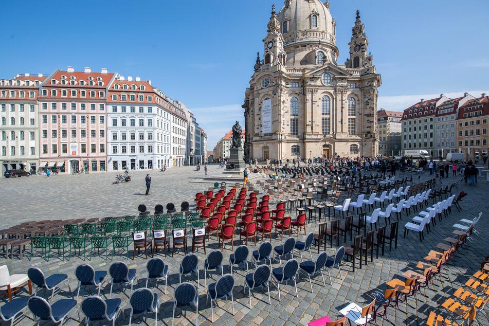 Hunderte Stühle bleiben in Dresdner Restaurants frei. Sie stehen jetzt symbolisch vor der Frauenkirche auf dem Neumarkt.