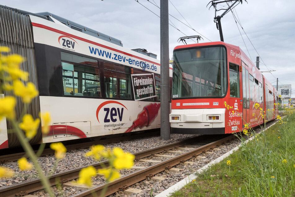 Zwickau: Straßenbahn beworfen, Scheibe zersplittert!