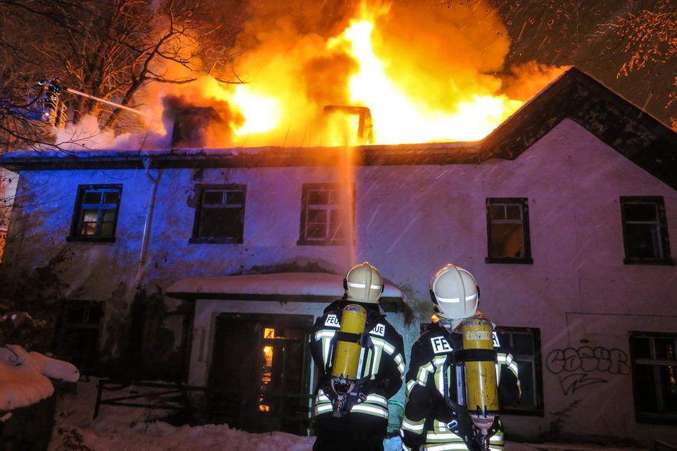 """Mitte Januar stand der """"Russenclub"""" in Bad Schlema in Flammen. Die Feuerwehr versuchte gegen die Flammen anzukämpfen - vergeblich. Das Gebäude brannte fast vollständig nieder."""