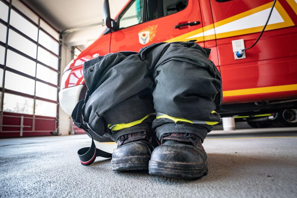Fertig, um im Einsatzfall hineinzuspringen, stehen Schuhe und Overall in der Garage der Freiwilligen Feuerwehr Schwalbach.