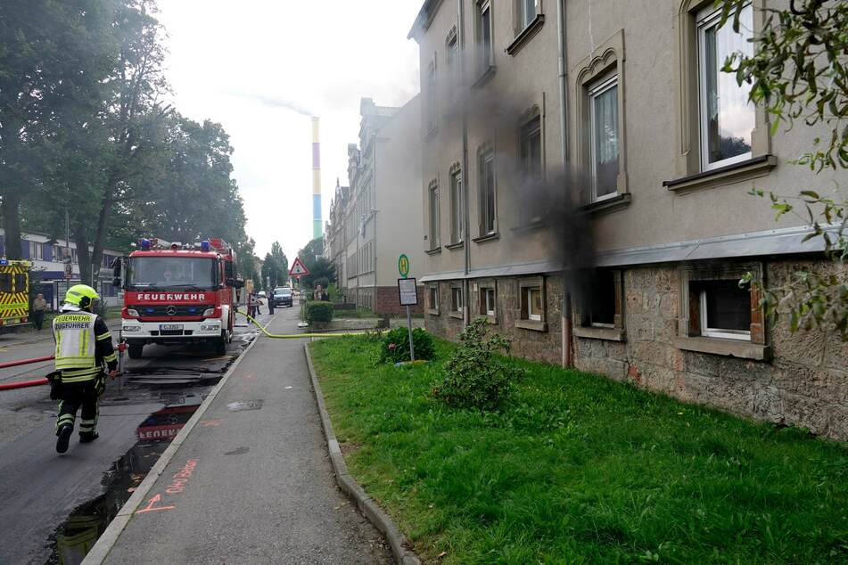Dichter Rauch quoll aus einem Kellerfenster eines Hauses in der Chemnitztalstraße.
