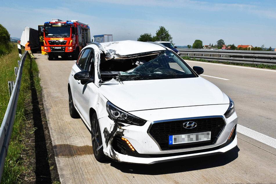 Eingedrücktes Dach und Windschutzscheibe. Der Hyundai fuhr noch einige Meter so demoliert.