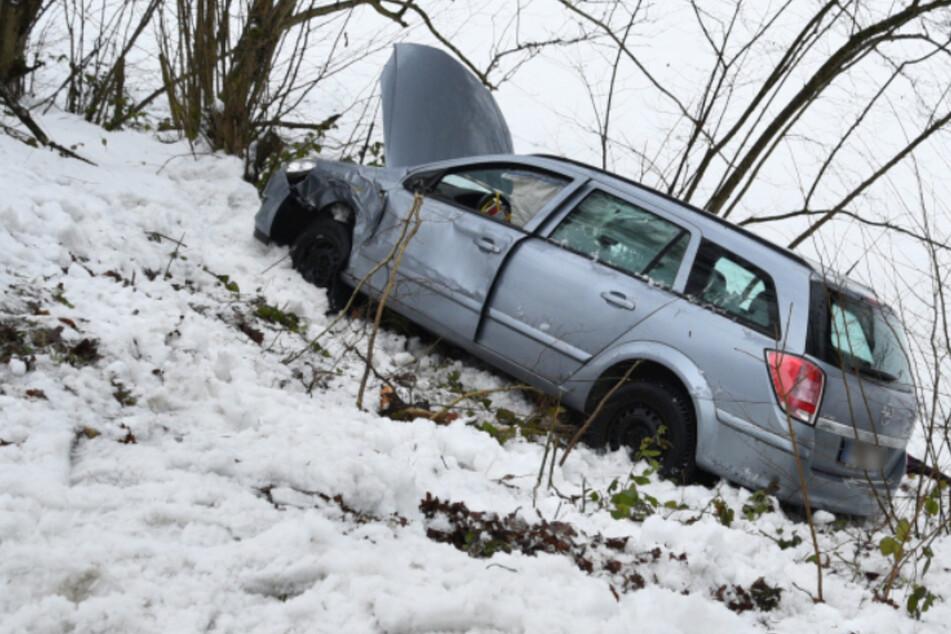 Auf schneeglatter Fahrbahn: Transporter kracht in Gegenverkehr