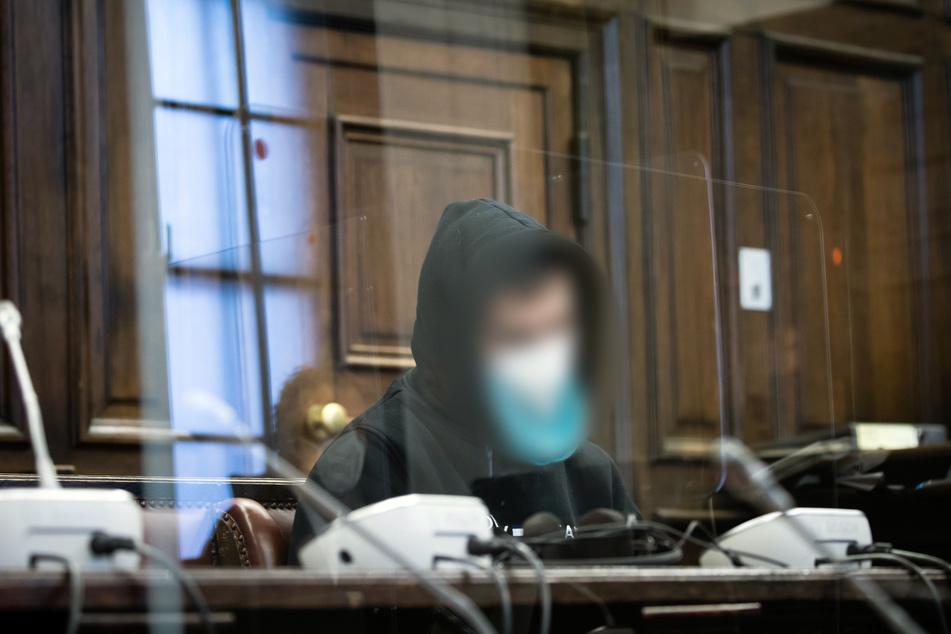 Der inzwischen 30 Jahre alte Beschuldigte sitzt im Gerichtssaal des Strafjustizgebäudes.