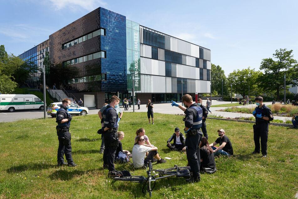 Koblenzer Polizisten mussten mehrere Personen auf die aktuelle Verordnung hinweisen. (Archivbild)