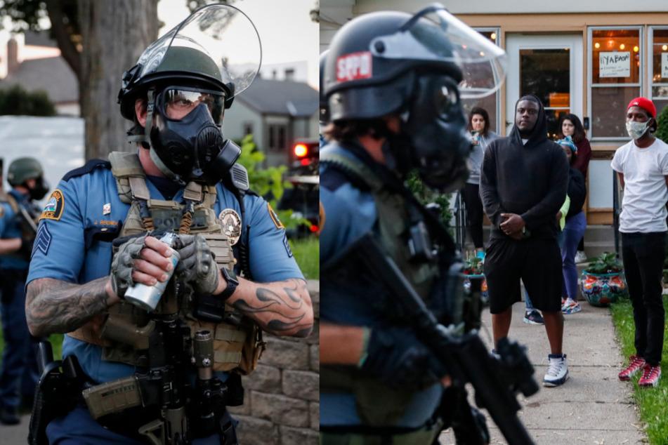 Links: Ein Polizeibeamter mit Gasmaske bereitet sich darauf vor, Tränengas gegen Demonstranten einzusetzen. Rechts: Polizisten mit Helmen und Gasmasken gehen während der Proteste an einem Haus vorbei, vor dem eine Gruppe Menschen steht.