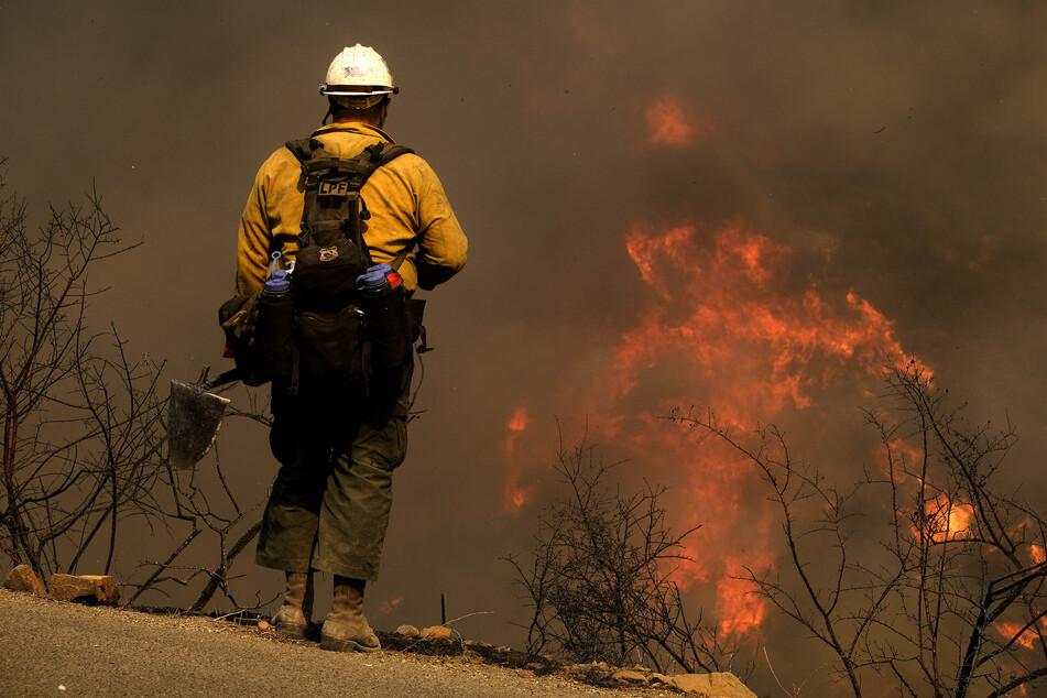 Ein Waldbrand, der in den südkalifornischen Küstengebirgen wütet, bedrohte Ranches und ländliche Häuser und sorgte am Mittwoch für eine Sperrung einer wichtigen Autobahn.