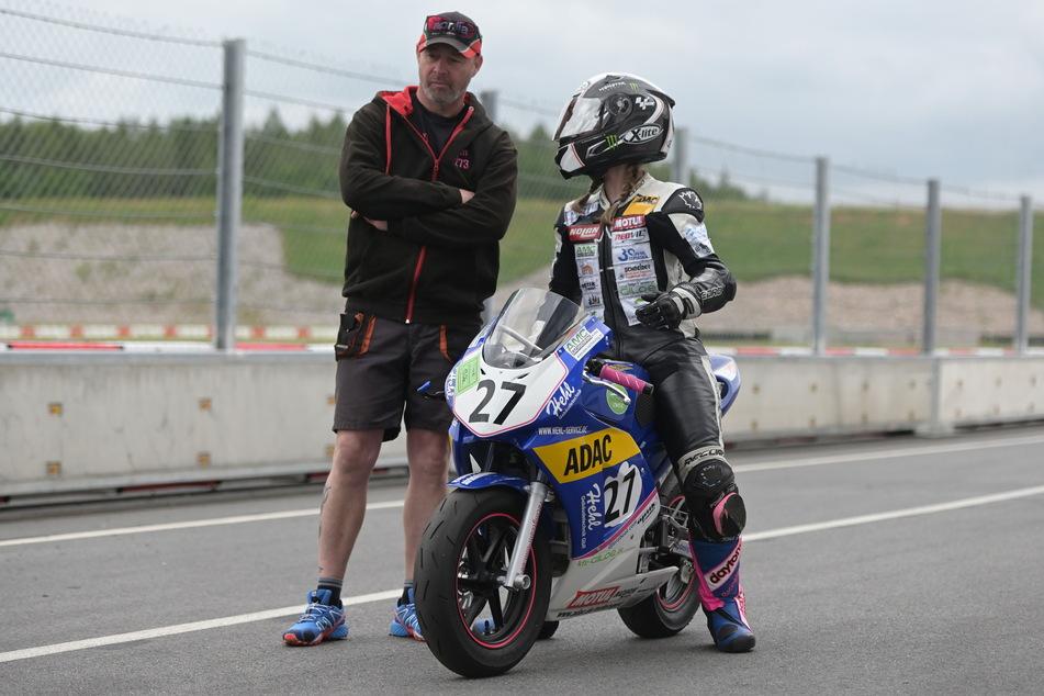 Vater Lars Vogel (48) gibt seiner Tochter Linn wichtige Tipps für die Rennen.