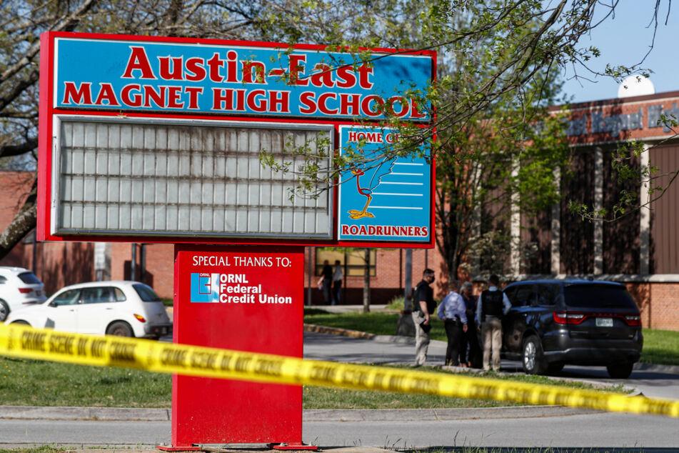 Ein Absperrband hängt vor der Austin-East Magnet High School. Bei einem Schusswaffenangriff an einer Schule in Knoxville im US-Bundesstaat Tennessee sind mehrere Menschen von Kugeln getroffen worden